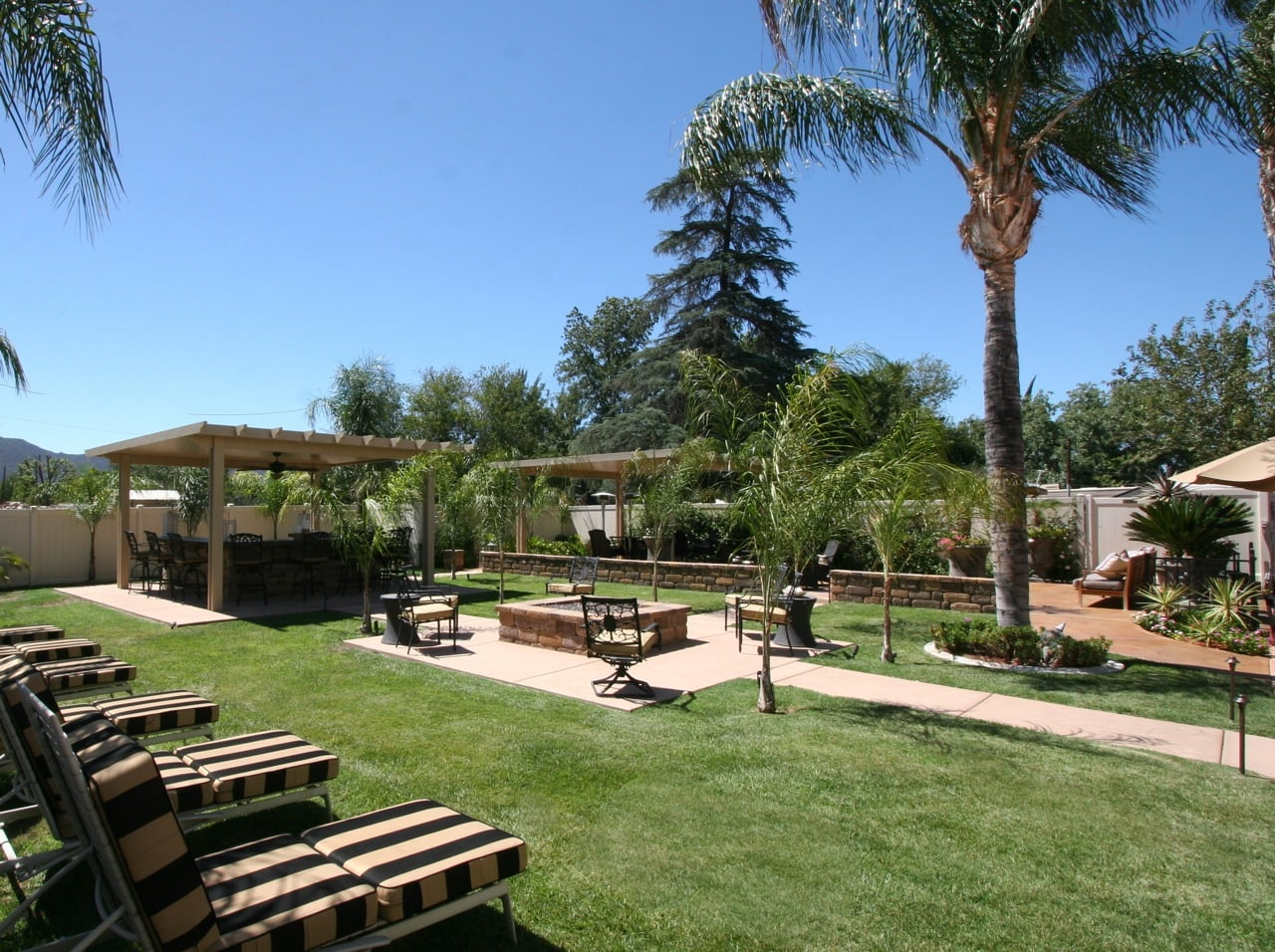 Sun bath on the lawn and enjoy lunch at the bar.